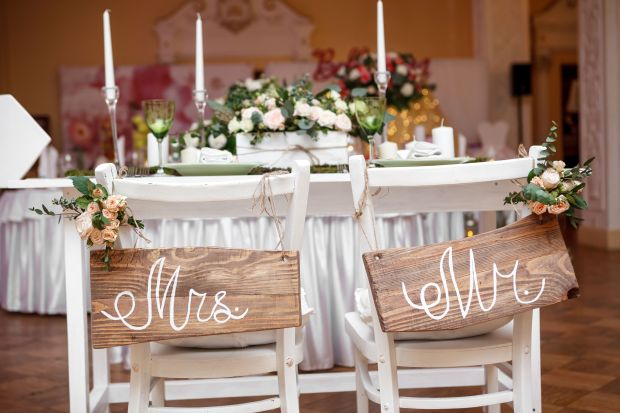 38986956 - mr. & mrs. sign on the chair